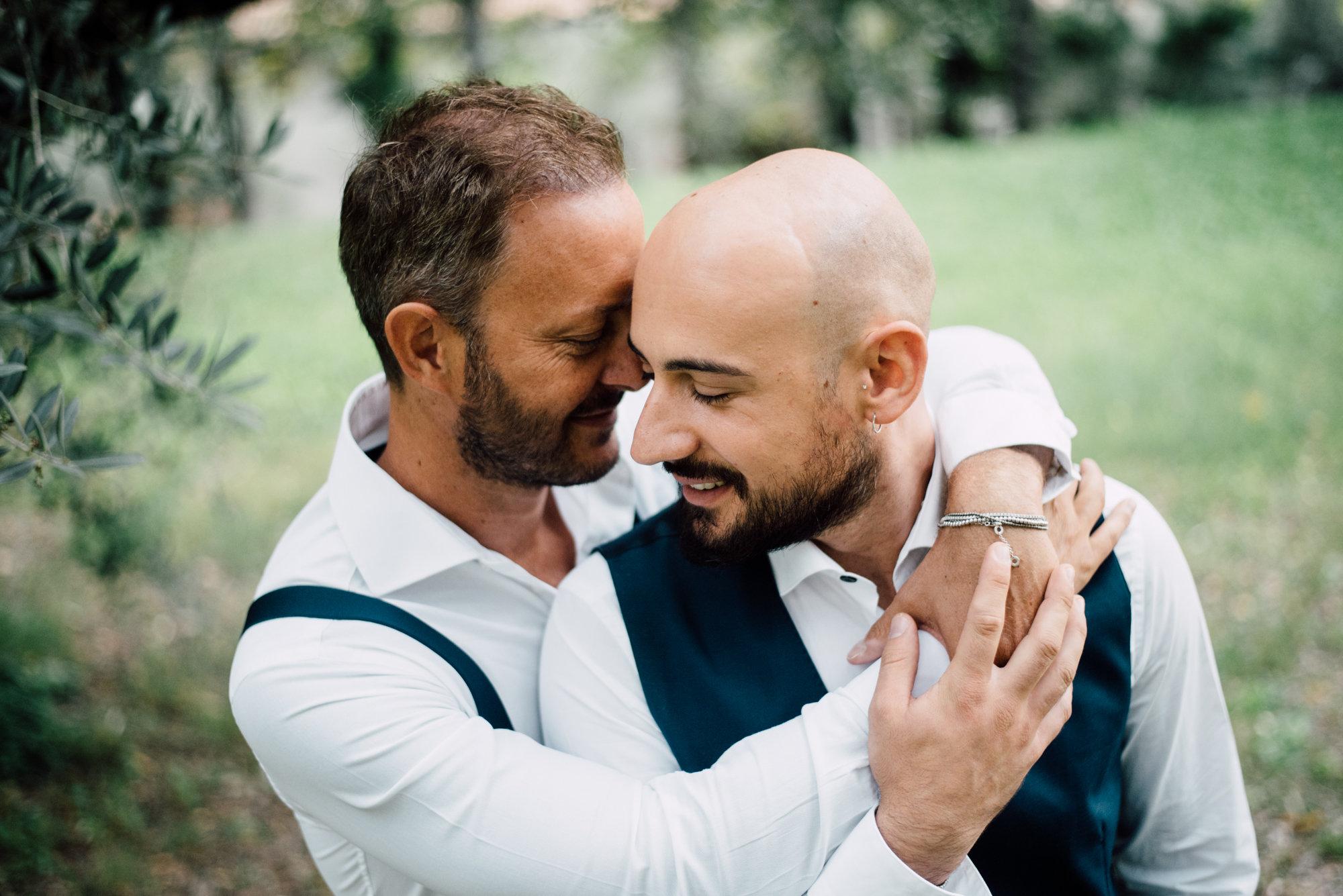 abbraccio coppia gay matrimonio