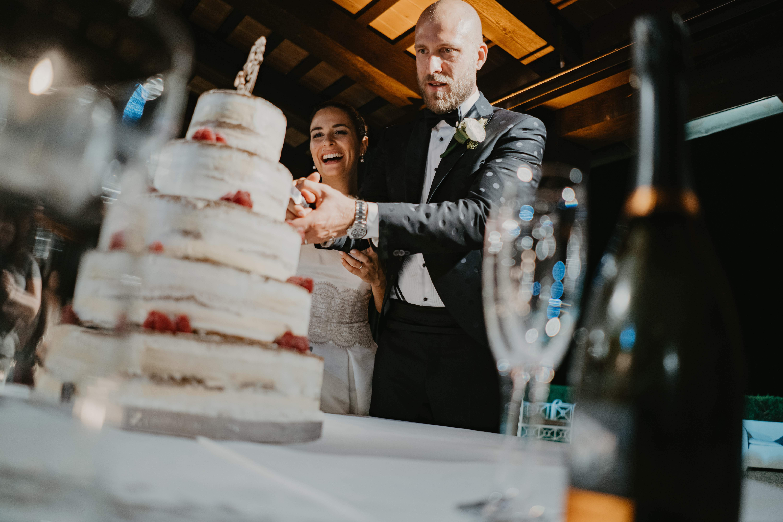 taglio torta naked cake matrimonio